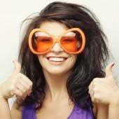 若い女性のジェスチャー親指を表示 — ストック写真