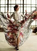 Elegantie vrouw met vliegende jurk in paleis kamer — Stockfoto