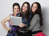 Друзья девушки принимая selfie с цифрового планшета — Стоковое фото