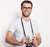 Mladý muž s retro fotoaparát — Stock fotografie