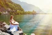 Mladá žena v ženevské jezero — Stock fotografie