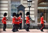 British Royal guards near Buckingham Palace — Photo
