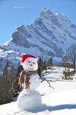 Pupazzo di neve contro panorama alpino — Foto Stock