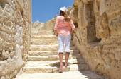 Girl among ancient ruines of Kourion in Cyprus — Stock Photo