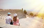 A couple in the Kourion's amphiteater. Cyprus — Stock Photo