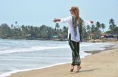 Patnam sahilde genç kadın. — Stok fotoğraf
