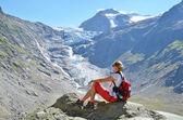 Traveler at theTrift glacier. — Stock Photo