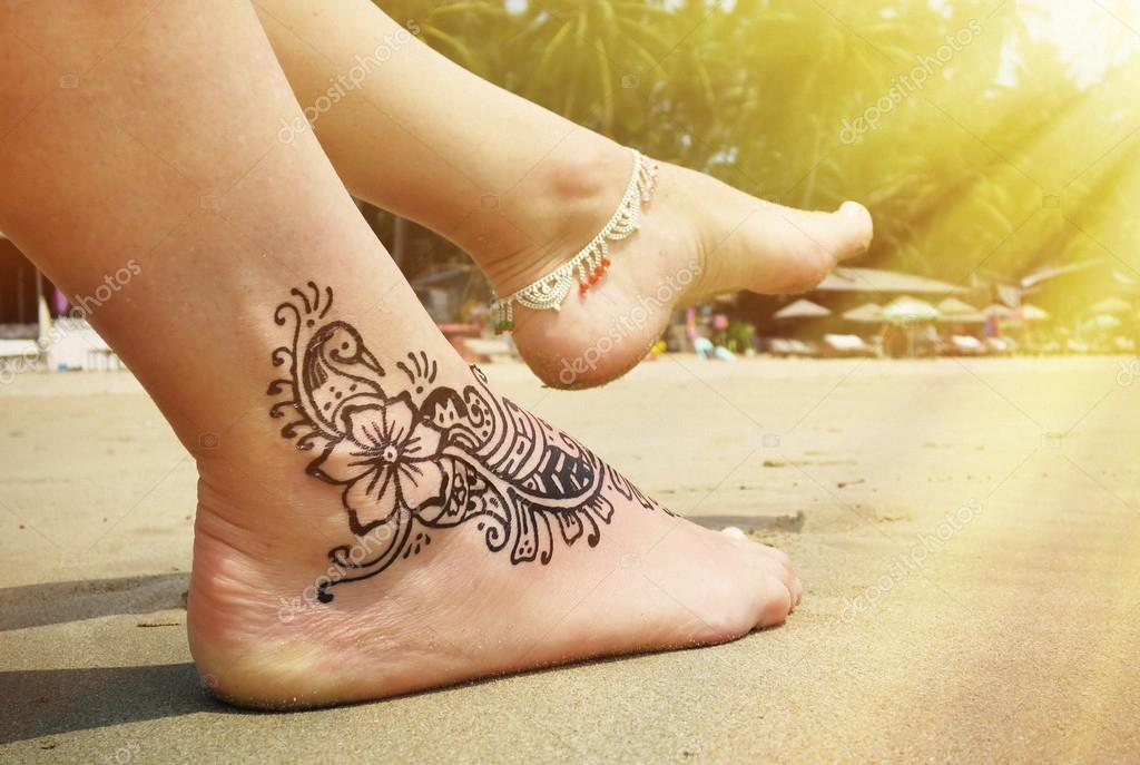 henna tattoo auf dem fu am strand stockfoto happyalex. Black Bedroom Furniture Sets. Home Design Ideas
