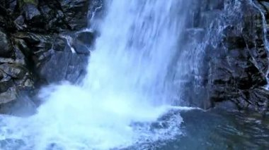 Hermoso velo cascada de agua, las rocas cubiertas de musgo — Vídeo de Stock