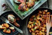 Chicken legs roasted with vegetables — Stock Photo