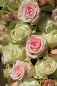 White and Pink roses in wedding arrangement — Stock Photo