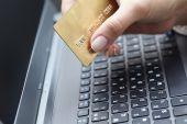 Tarjeta de crédito mujer holding — Foto de Stock