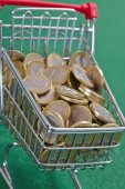 Coins in shopping basket — Stockfoto