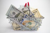 Money in shopping basket — Stock Photo