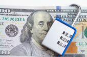Lucchetto con codice sul dollaro — Foto Stock