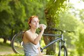 Vrouw drinkwater uit fles — Stockfoto