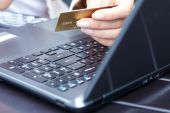 Woman holding credit card on laptop — Foto Stock