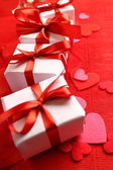 Cadeaux avec rubans rouges — Photo