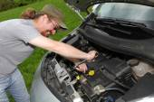 Mechanic repairs a car on the road — Stock Photo