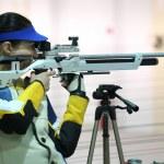 Woman aiming a pneumatic air rifle — Stock Photo #71041745