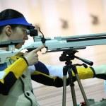 Woman aiming a pneumatic air rifle — Stock Photo #72877293
