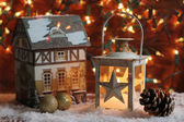 φανάρι και χριστούγεννα φώτα κάψιμο στο σκοτάδι. — Φωτογραφία Αρχείου