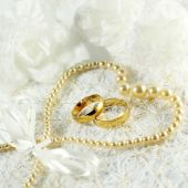 Two golden wedding rings with seamless flower decorations — Stock fotografie