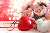 валентинка card.roses и сердца на естественном bokeh. — Стоковое фото
