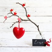 Valentine heart hanging on a tree branch — Stock fotografie