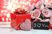 Card.Roses di San Valentino e cuori sul bokeh naturale. — Foto Stock