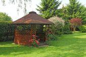 Wooden summerhouse  in the garden — Zdjęcie stockowe