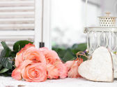 Beautiful bouquet of peach roses in shabby style on a mirror bac — Stock Photo
