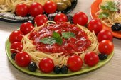 Spaghetti with olives tomatoes and sauce — Stockfoto