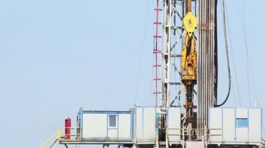 Oil drilling rig with workers — Stock Video