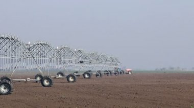 Center pivot sprinkler system moving — Stock Video