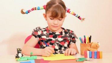 Bambina felice disegno — Video Stock