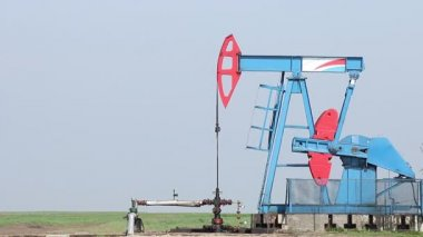 Oil pump jack on oilfield — Stock Video