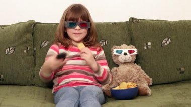 Little girl and teddy-bear with 3d glasses watching tv — Stock Video