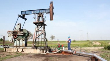 Oil worker check pump jack — Stock Video