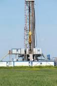 Offshore oil drilling rig on green field — Foto de Stock