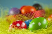 Colored Easter eggs on the grass and blue sky background — ストック写真