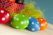 Barevné velikonoční vejce na dřevěné pozadí — Stock fotografie