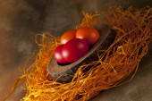 Uova di Pasqua colorate su fondo marrone — Foto Stock