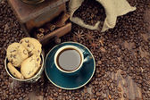 Coffee cup and beans, old grinder and jute sack — Stock Photo