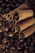 Canella sticks and coffee beans — Stock Photo