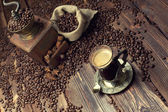 Coffee cup and beans, old coffee grinder and canvas sack — 图库照片