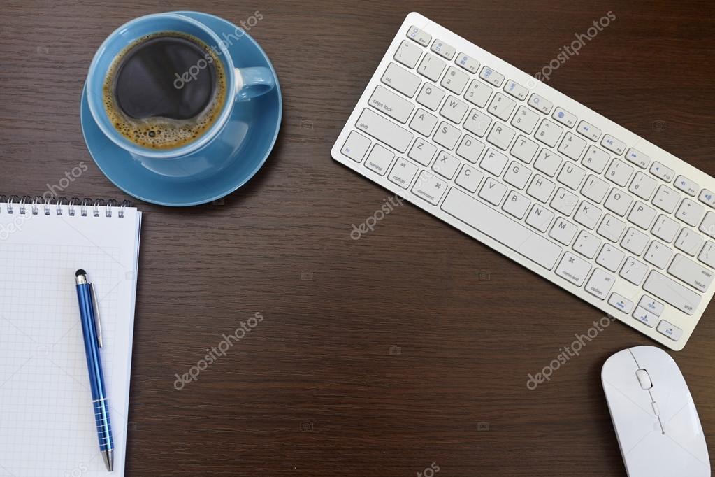 컴퓨터 용품, 커피 컵 사무실 가죽 책상 테이블 — 스톡 사진 ...