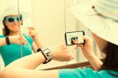 Kadın kendi kendine portre selfie fotoğraf çekiyorum. Smartwatch kavramı. — Stok fotoğraf