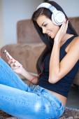 Happy young woman relaxing listening to music — Stock fotografie