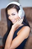 Gelukkig jonge vrouw luisteren naar muziek — Stockfoto